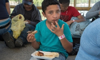 Caravana de migrantes: les ponen pulsera al ingresar