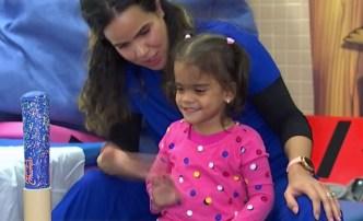 Da sus primeros pasos niña cubana con prótesis