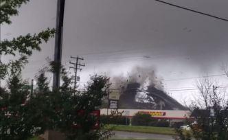 El momento cuando un tornado arranca un techo