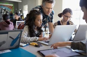 Newsom firma ley sobre horario escolar en California