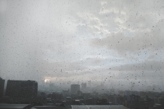 Día gris y aguaceros que se alejan en la noche