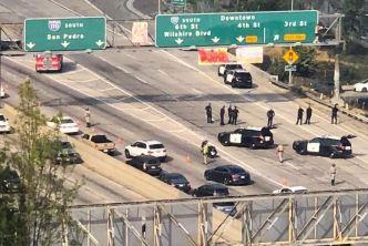 Hombre sube a señal en Autopista 110 en Los Ángeles
