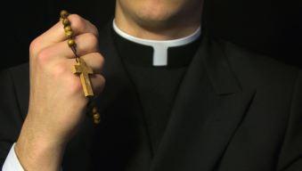 Asesinan a puñaladas a sacerdote al término de una misa