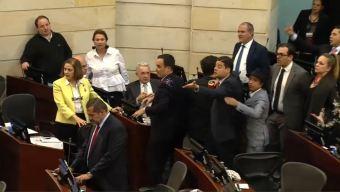 """Colombia: """"llueven"""" ratones vivos sobre congresistas"""