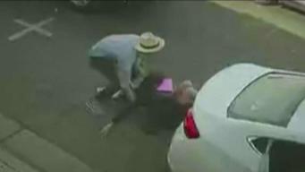 Arrojan a mujer de un vehículo en plena vía
