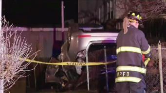 Auto se estrella en el techo de una casa
