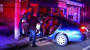 Auto se estrella contra negocio tras persecución policial