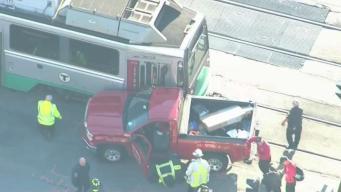 Camioneta se estrella con tren en Brighton