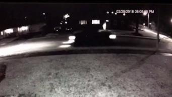 Captan a ex policía de Everett botando basura en patio de mujer