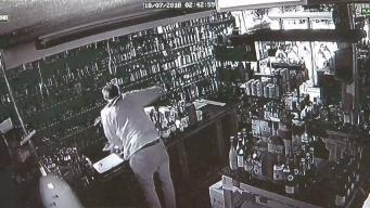 Captan en cámara robo de tienda de licores en Glastonbury