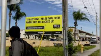 Con gigantesco aviso Amnistía denuncia reclusión de niños migrantes