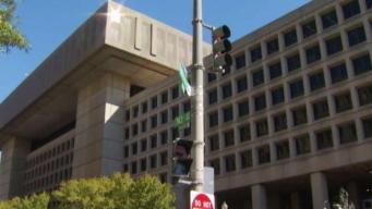 Acusan a contratista del FBI de esconder cámara debajo del escritorio de compañera de trabajo