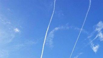 Avión de la Marina figura símbolo vulgar en el cielo