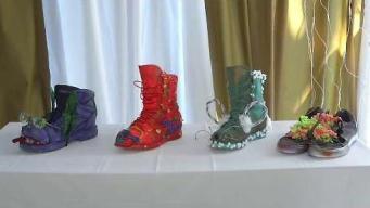 Artista convierte zapatos viejos en tiestos
