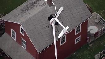 Planeador se estrella en techo de casa en Connecticut