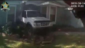 Hombre estrella su vehículo en la casa de su vecino