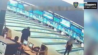 Hombre que jugaba boliche sufre infarto, policías lo salvan