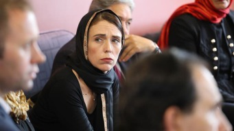 Primera ministra neozelandesa quiere cambiar leyes de armas