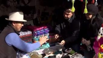 Mercado navideño con presencia hispana