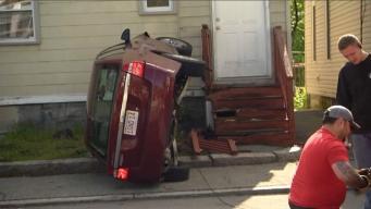 Mujer estrella vehículo en vivienda en Lawrence