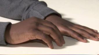 Niño de 12 años suspendido por abrazar a su maestra