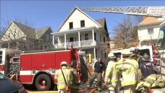 Familias desplazadas, 2 perros mueren en incendio en Providence