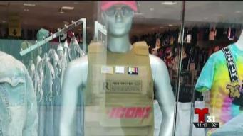 Padres alarmados por moda en vitrina en centro comercial