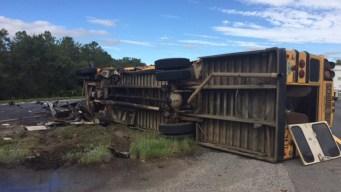 Autobús escolar volcado provoca cierre de la Turnpike
