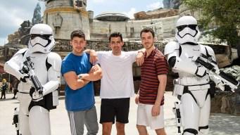 Los Jonas Brothers visitaron el Star Wars: Galaxy's Edge