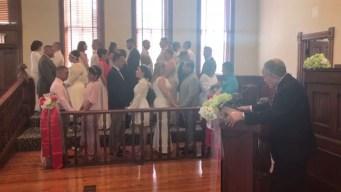 Parejas se casan en ceremonia colectiva en Kissimmee