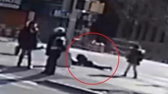 Policía: Pillo arrastra a mujer para robarle el bolso