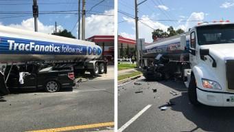 Camioneta queda atrapada debajo de un camión de gasolina