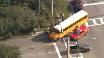 Reportan accidente con autobús escolar con 23 niños a bordo