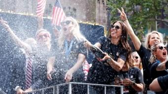 Con champaña y confeti, miles celebran a las campeonas
