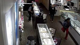 Buscan identificar a sospechosa de robar un anillo