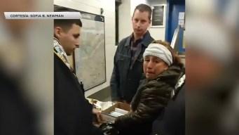 Viral: vendedora llora al ser blanco de policías en el metro