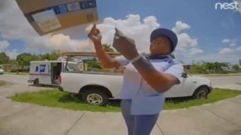 Empleada del correo lanza paquetes y destruye envío