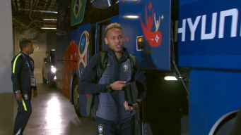 Brasil llega al estadio cantando