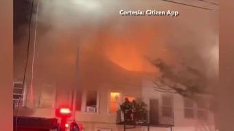 Voraz incendio devora varias viviendas en Brooklyn