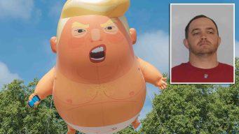 "Atacan a cuchillazos al globo de ""bebé Trump"" en protesta"