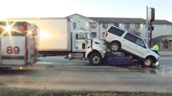 Increíble: aplastado por camión y SUV, sale ileso
