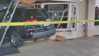 Auto se estrella contra restaurante mexicano