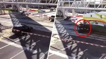 Video: cruza con cautela y lo impacta un tren
