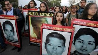 Ayotzinapa: Jóvenes lanzan bombas molotov en protesta