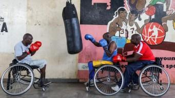 Boxean sobre sillas de ruedas con un sueño