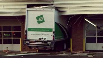 Increíble: camión choca y se estrella contra un edificio