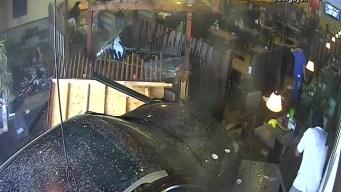 En video: automóvil se estrella contra restaurante en San Diego
