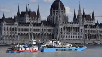 Reflotan barco embestido por un crucero en el Danubio