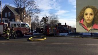 Mujer acusada de incendio que dejó a 10 en el hospital