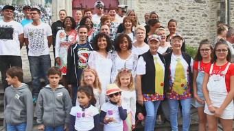 Decenas acuden a pintoresco festival de gemelos en Francia